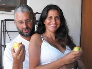 אני ושולי עם תפוחים